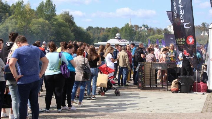 Козлёнок на вертеле и гигантские очереди: «Пир на Волге» в Ярославле в онлайн-режиме