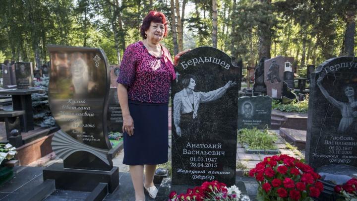 На Заельцовском кладбище поставили памятник партнёру Майи Плисецкой