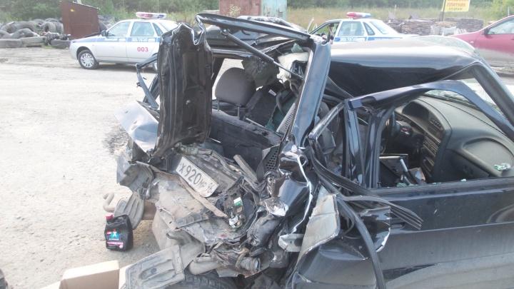 На ЕКАД после серьёзной аварии легковушку смяло до неузнаваемости
