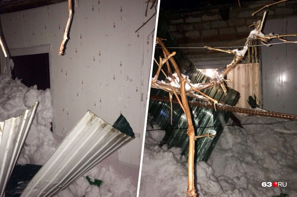 Крыша веранды не выдержала веса снега и рухнула
