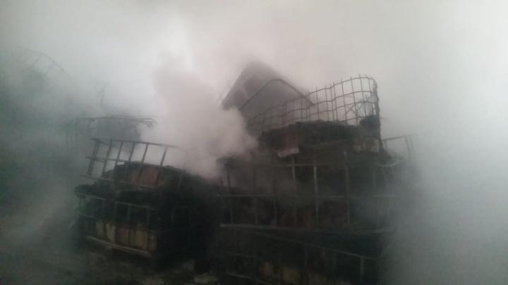 В Первоуральске загорелся завод, производящий строительные смеси