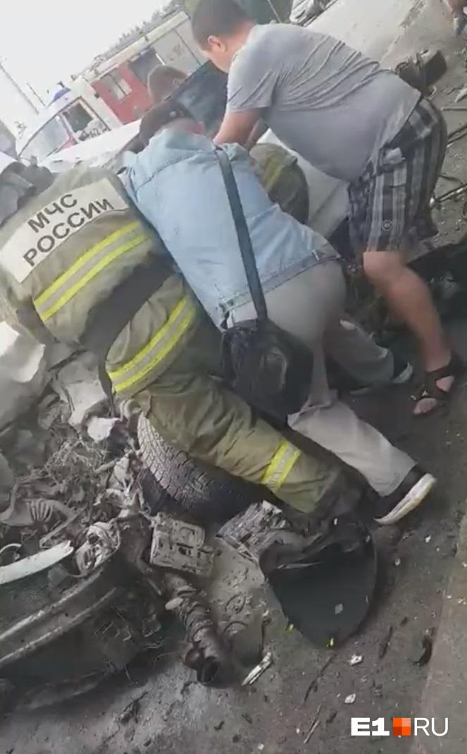 Спасатели с очевидцами вытащили водителяHyundai из автомобиля