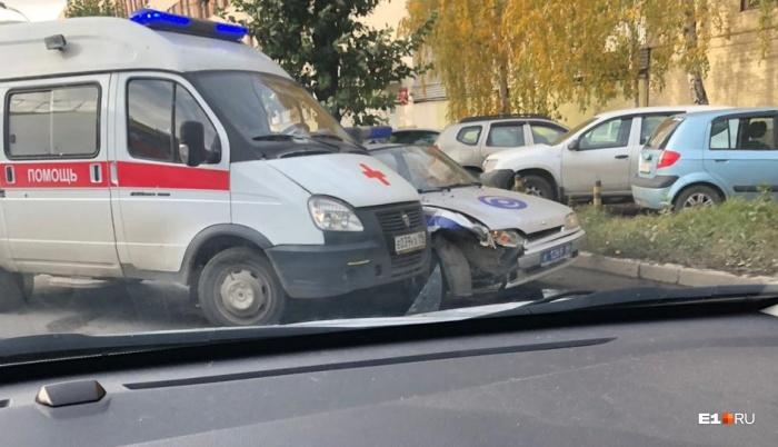Скорая помощь ударила автомобиль Росгвардии в правый бок
