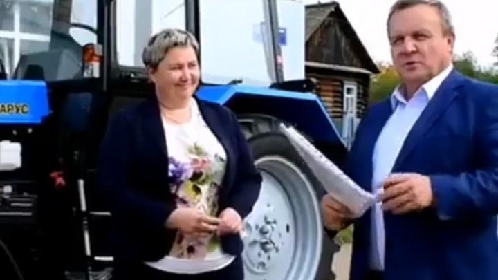 За победу на выборах «Единой России» глава района в Прикамье подарил чиновникам новые тракторы