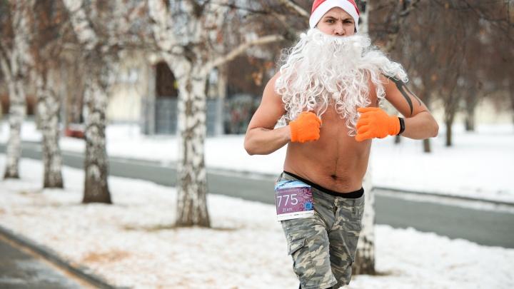 По Екатеринбургу пробежали голые Санты, динозавр и тигр: разглядываем яркие образы участников забега
