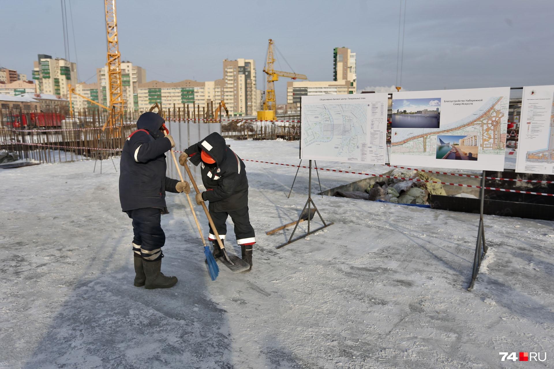 Строители со всей ответственностью подошли к заданию и вычистили пол от снега до бетона