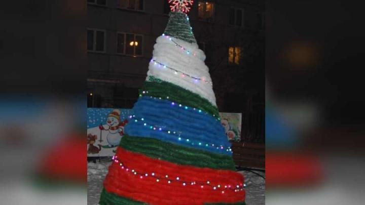 Дворовую ёлку на Северо-Енисейской нарядили в цвета российского флага