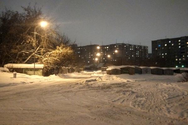 Фонари на безымянной дороге появились в конце декабря —теперь местные жители мечтают о тротуаре