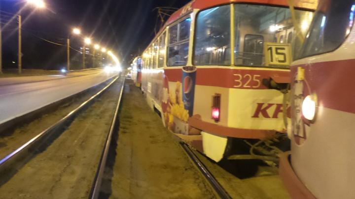 На Малышевском мосту встали трамваи из-за легковушки, застрявшей на путях