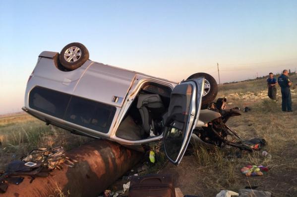 Водитель не вписался в поворот и врезался в поливную трубу