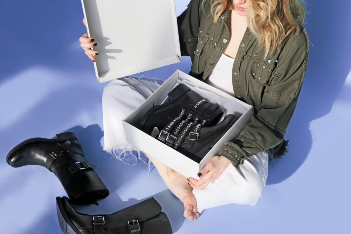 Актуальную весной демисезонную обувь можно сейчас купить со скидками до 70%, а зимнюю обувь — до 80%