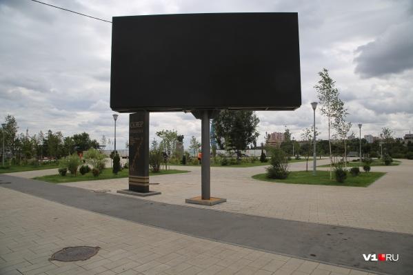 Огромное табло закрывает стенд с описанием сквера