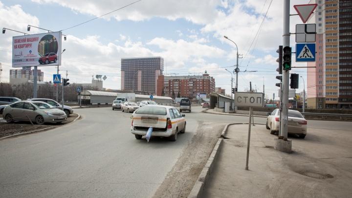 Сыпали-сыпали, а теперь убирают: с новосибирских дорог вывезли сотни тонн песка