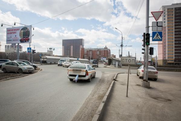 После зимы обочины дорог Новосибирска завалены песком