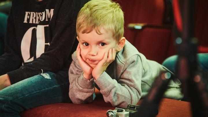 В глазах восторг: фотограф запечатлел детские эмоции в кукольном театре