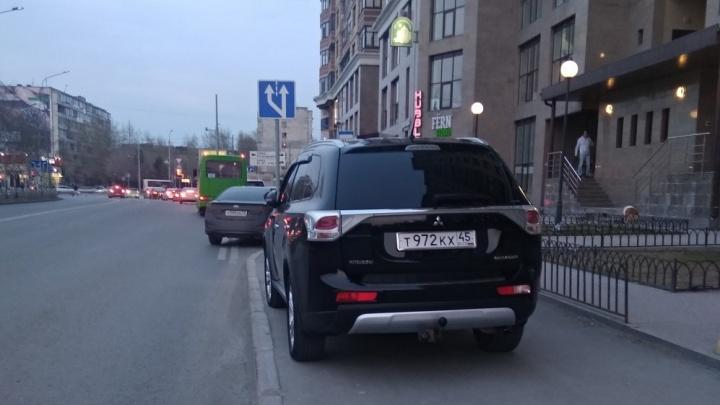 «Я паркуюсь, как...»: автохам у остановки на улице Малыгина и настоящий коллапс возле Гилевской рощи