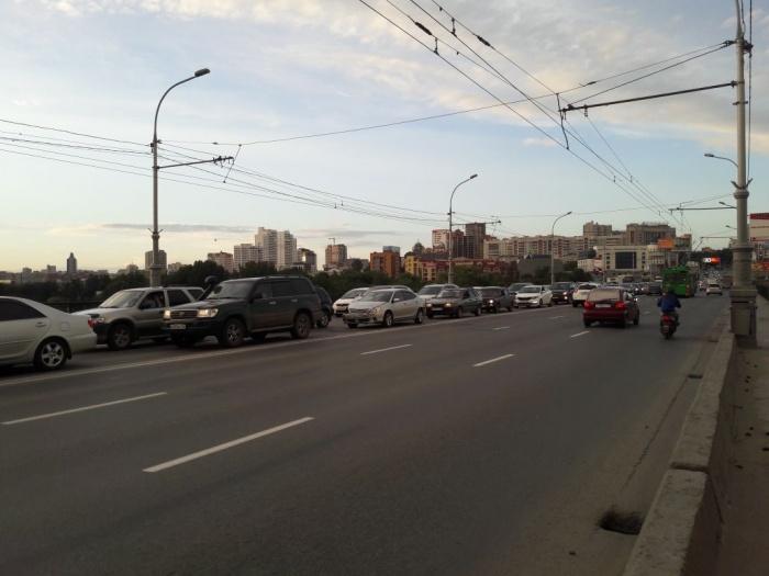 На Коммунальном мосту растянулась пробка в сторону левого берега