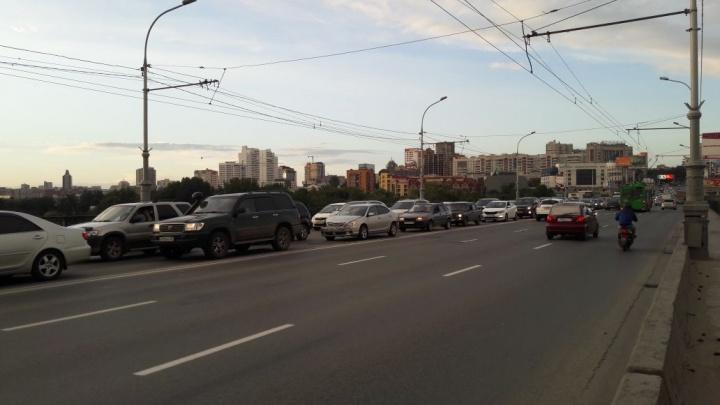ДТП с тремя машинами осложнило проезд по Коммунальному мосту