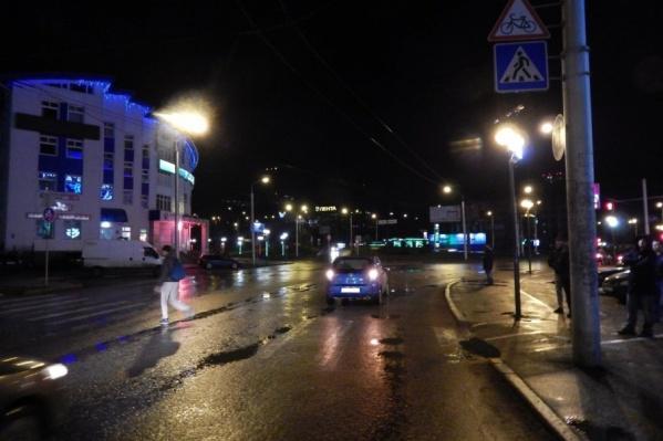 Водитель машины сбил женщину на темной дороге