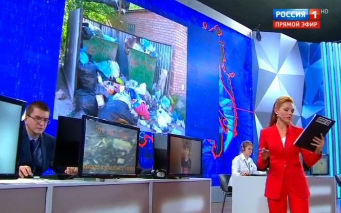 На экране за ведущей — фото из Верхней Салды