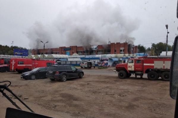 Пожар начался в основном здании рынка