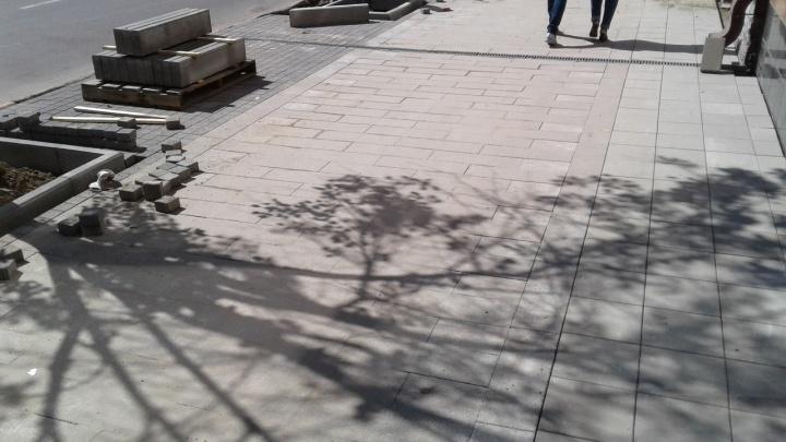 На тротуарах по проспекту Мира уложили три вида разной плитки. Так задумано
