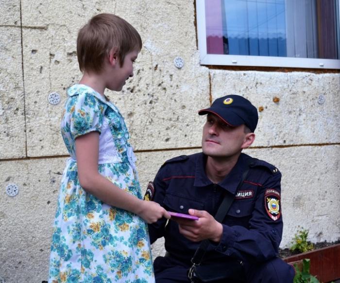 Полицейский нашёл пропавшую и оказавшуюся в яме 10-летнюю девочку (фото)