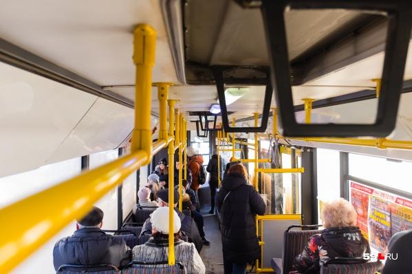 Пассажирка упала, когда автобус резко затормозил