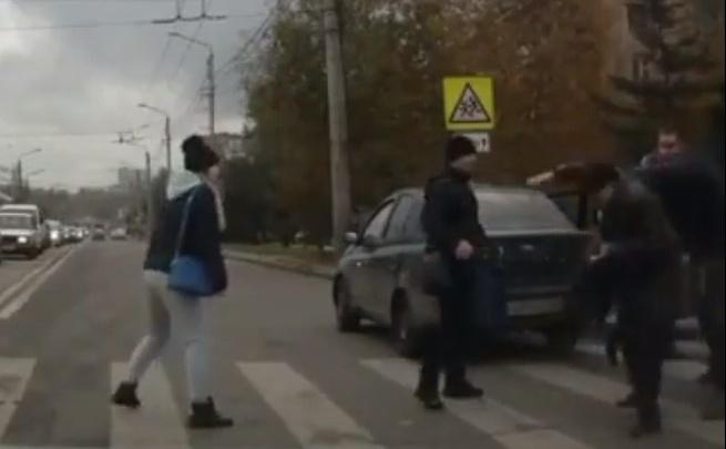 Автохам бросился на пожилого пешехода после замечания за проезд перехода