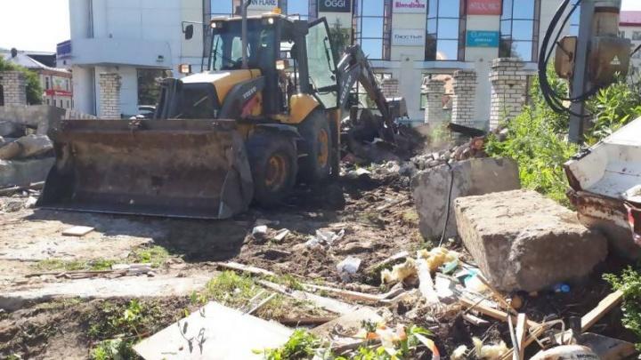 «Угрожал зарубить топором»: владелец иконной лавки на Чумбаровке препятствует сносу строения