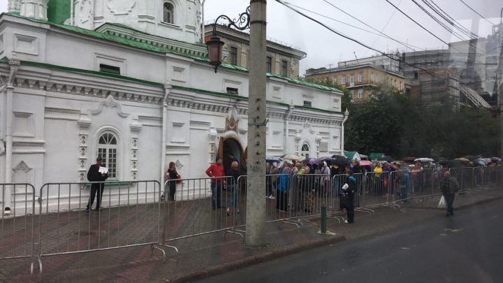 Красноярцы встали в очередь у храма ради останков святого. Считается, что они помогают с жильем