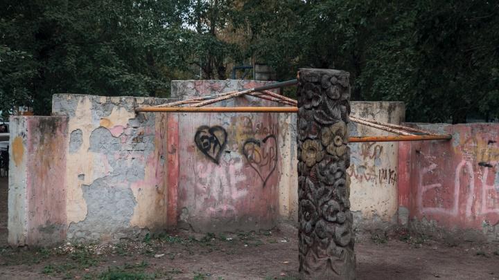 Как декорации к фильмам ужасов: 10 детских площадок во дворах Тюмени, куда страшно отпускать малышей