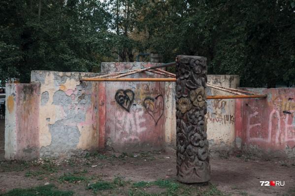 Страх и ненависть... нет, не в Лас-Вегасе, а на тюменской детской площадке во дворе на Республики, 148. Металлическая ржавая конструкция— это турник