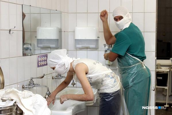 По мнению врача, медицинскую помощь превратили в услуги (фото из архива)