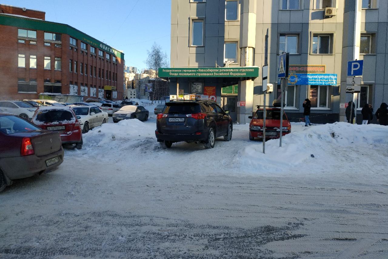 Машинами заставили подход к пешеходному переходу