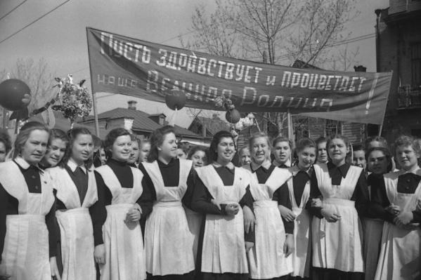 Выпускницы школы 1972 года выглядели немного скромнее нынешних