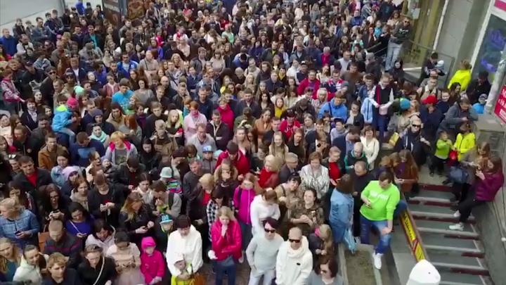 Больше 1000 человек пришло на площадь Калинина за скидками 50 % и подарками