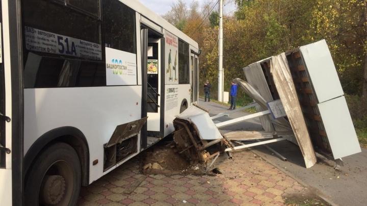 В Уфе пассажирский автобус снес остановку: 15 человек пострадали, в том числе 1 ребенок