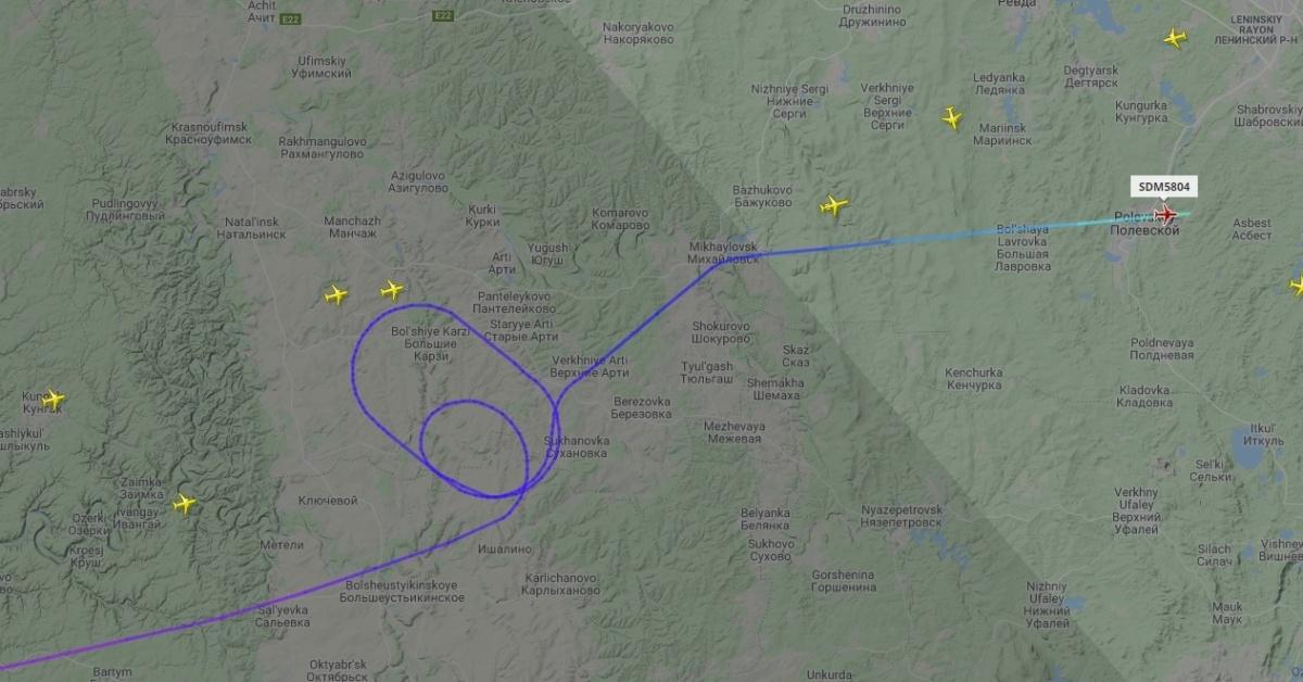 Самолеты кружат в небе над Уралом