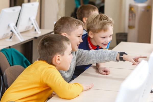 Чтобы дети и родители могли увидеть школу своими глазами, преподаватели проводят бесплатные уроки<br>