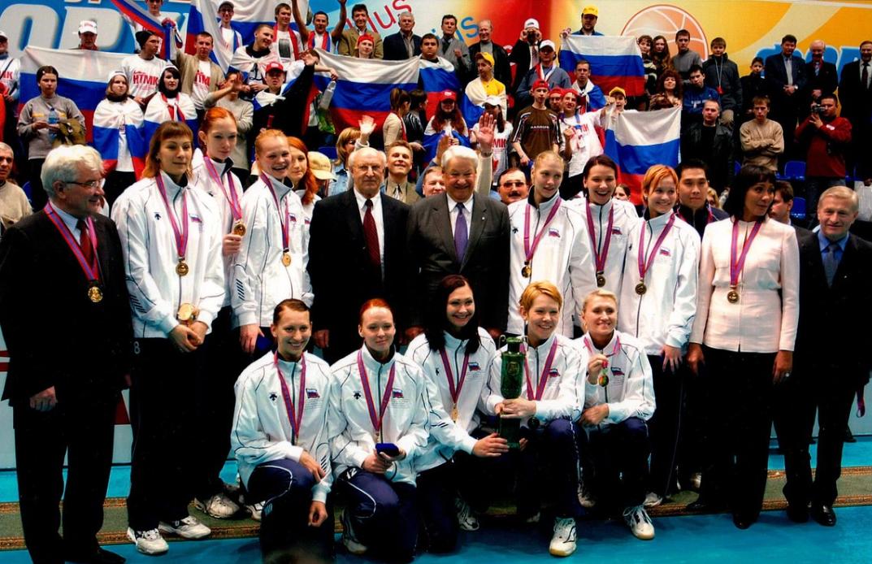Архивное фото с Кубка Ельцина 2004года. Практически в этом составе наша сборная выступила в Афинах. На данный момент это было последнее восхождение наших девушек на олимпийский пьедестал (Ирина Тебенихина в нижнем ряду, третья слева)