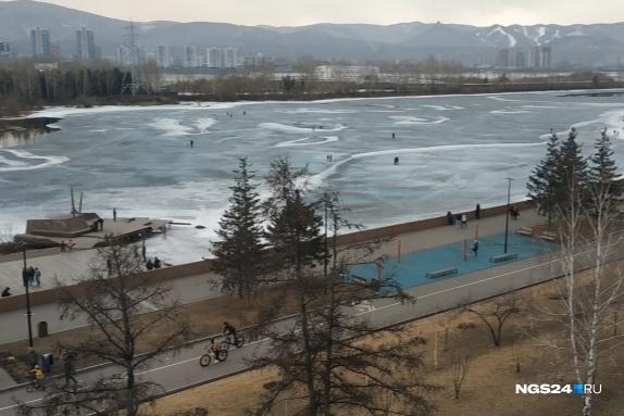 Замерзший Енисей часто манит горожан, но лёд может быть обманчив
