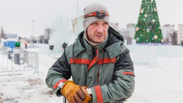 Люди, которые «делают» Новый год: рассказываем о строителях ледового городка у Театра-Театра