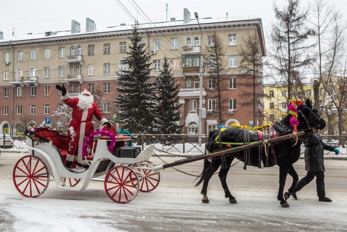 Впереди наряженной толпы проехался Дед Мороз на санях