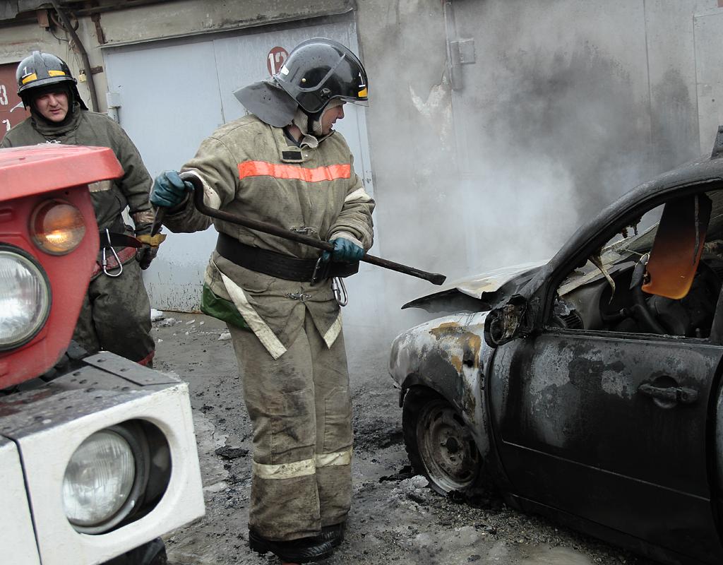 Потушить разгоревшийся автомобиль под силу пожарным, да и то не всегда