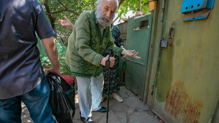 Дошло до драки: ростовчанка вызвала полицию, чтобы забрать у соседки дедушку и бабушку