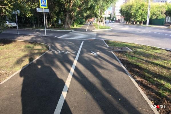 Вроде тут всё хорошо: есть и велодорожка, и место для пешеходов. Правда, складывается ощущение, что тут просто своровали часть тротуара, чтобы обустроить место для велосипедистов