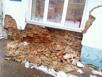 Рухнула стена дома, который чиновники отказались признать аварийным