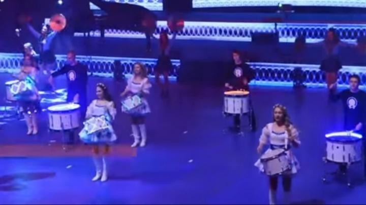 Шоу девочек с барабанами и мальчиков с флагами: как открывали соревнования танцоров и певцов в ДИВСе