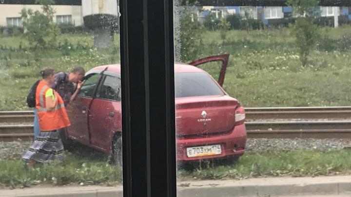 Легковушка, вылетевшая на рельсы, остановила движение трамваев в Ленинском районе Челябинска